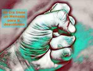Fotografía de un puño cerrado, símbolo de la Emoción de Ira, Enojo, Enfado, considerada como una Emoción Negativa, aunque no lo es