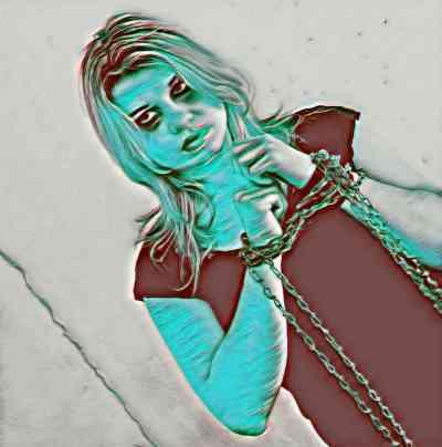 Mujer encadenada y demacrada como símbolo del bloqueo físico, mental y emocional