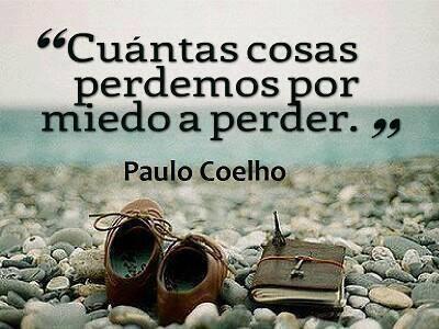Frase de Paulo Coelho sobre el sufrimiento y el perjuicio que nos causa tener Miedo