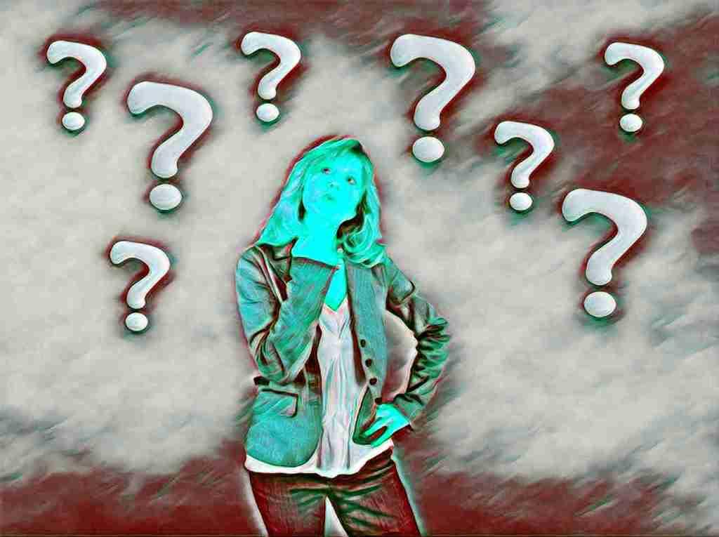 Chica y signos de interrogacion que reflejan la trascendental pregunta ¿Por qué me tiene que pasar esto a mí?