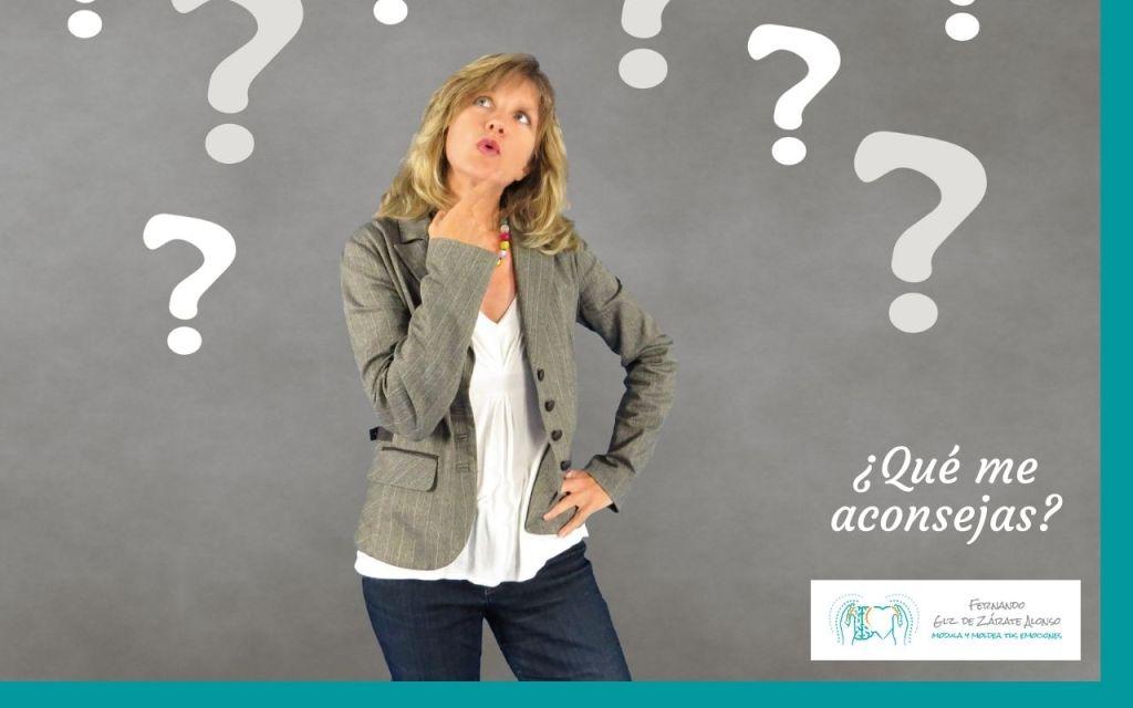 mujer en actitud de duda y muchos interrogantes de fondo como reflejo de una posible duda, una peticion de consejo